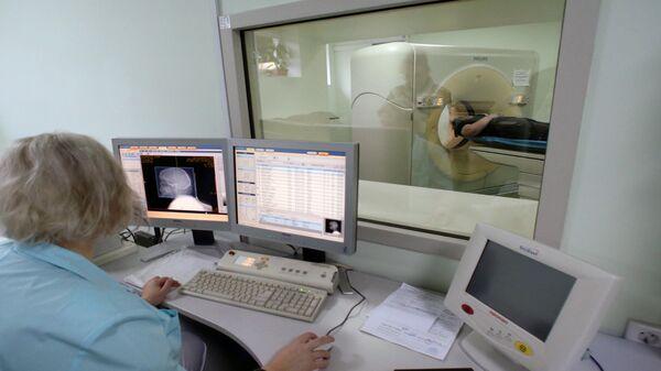Пациент проходит обследование на компьютерном томографе в отделении лучевой диагностики центральной городской клинической больницы Калининграда