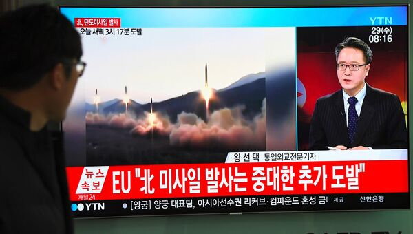 Трансляция новостей на железнодорожном вокзале в Сеуле о новом ракетном пуске КНДР. Архивное фото