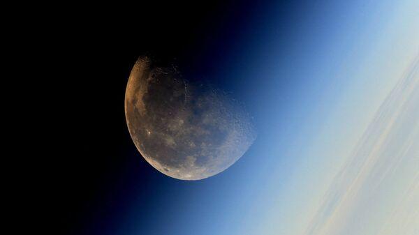 Фотография Луны, сделанная космонавтом Роскосмоса Сергеем Рязанским с борта МКС