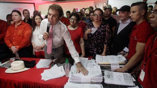 Кандидат от Оппозиционного альянса на пост президента Гондураса Сальвадор Насралла на пресс-конференции в Тегусигальпа. 29 ноября 2017
