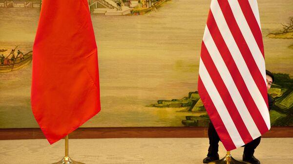 Флаги Китая и США перед встречей глав дипломатических ведомств в Пекине, КНР