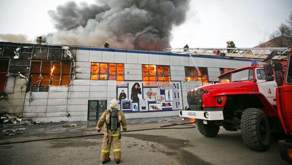 Сотрудники МЧС на месте пожара в торговом комплексе Мир в Оренбурге. 2 декабря 2017