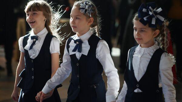 Дети на модном показе школьной формы