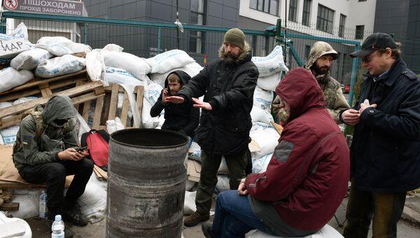 Радикалы у заблокированного входа к зданию телеканала NewsOne в Киеве. 4 декабря 2017