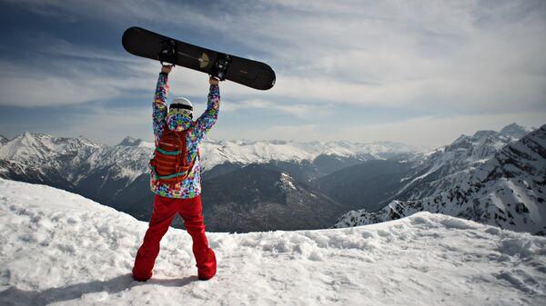 Сноубордист на высоте 2320 метров на вершине Роза Пик