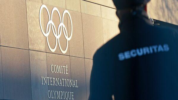 Олимпийский символ на здании штаб-квартиры Международного олимпийского комитета в Лозанне. Архивное фото