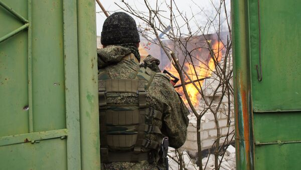 Последствия обстрела со стороны ВСУ поселка Красный Яр в пригороде Луганска. 6 декабря 2017