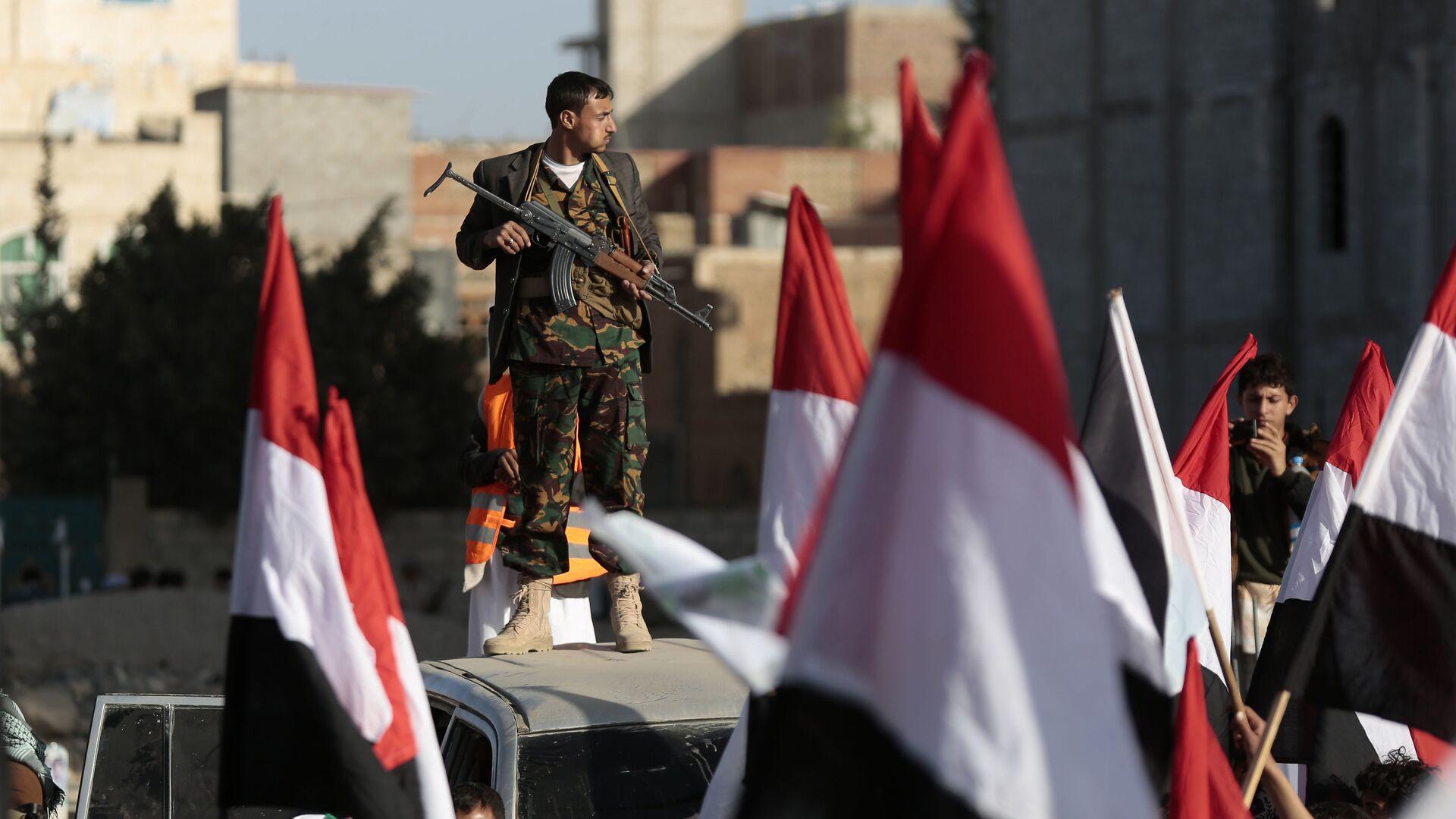 Повстанцы-хуситы на улице Саны отмечают убийство президента Йемена Али Абдалла Салеха. 5 декабря 2017 - РИА Новости, 1920, 24.09.2021