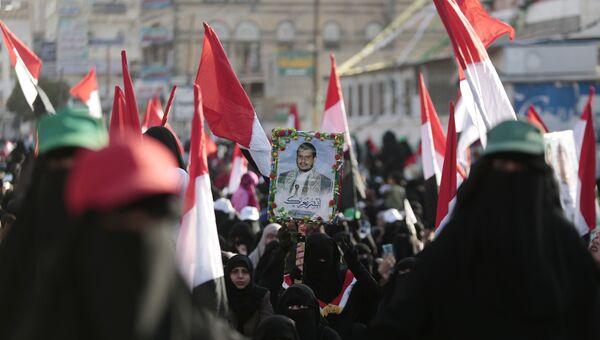Сторонники хуситов с портретом лидера повстанцев Абдул-Малика аль-Хуси во время празднования убийства президента Йемена Али Абдалла Салеха на улице Саны. 5 декабря 2017