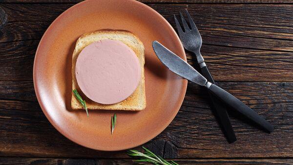Сэндвич с докторской колбасой