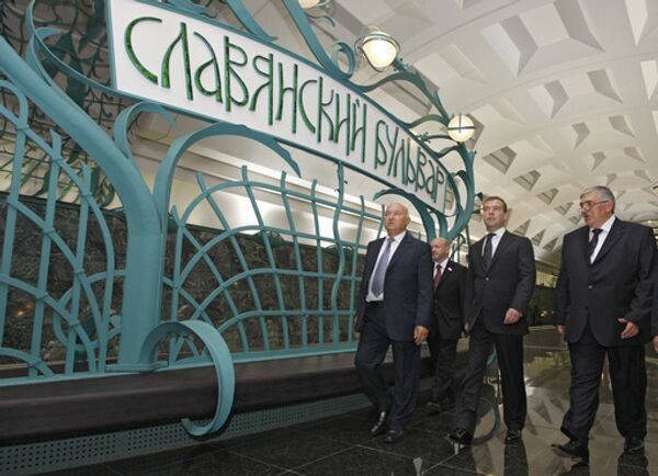Юрий Лужков,  Дмитрий Медведев и Дмитрий Гаев во время церемонии открытия новой станции метро Славянский бульвар