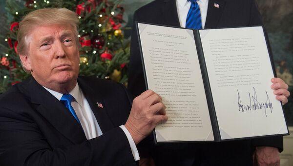 Президент США Дональд Трамп показывает меморандум о признании Иерусалима столицей Израиля