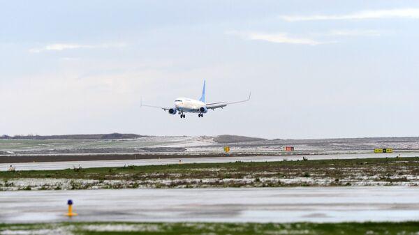 Пассажирский самолет авиакомпании Победа на взлетно-посадочной полосе международного аэропортового комплекса Платов