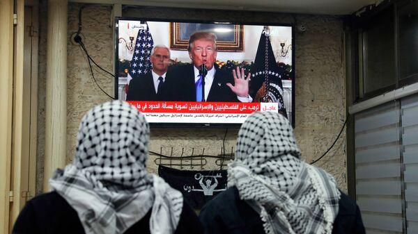 Трансляция выступления президента США Дональда Трампа о признании Иерусалима столицей Израиля в кафе. 6 декабря 2017