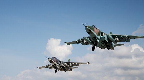 Российские штурмовики Су-25 взлетают с авиабазы Хмеймимв Сирии. Архивное фото