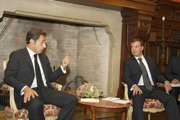 Президенты Франции и России Николя Саркози и Дмитрий Медведев во время встречи в подмосковном замке Майендорф