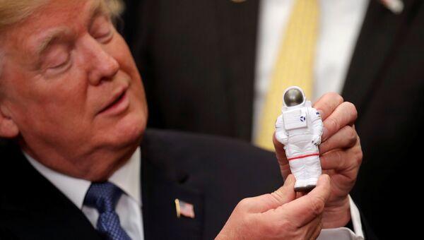 Президент США Дональд Трамп после подписания директивы по политике, направленной на возвращение американских астронавтов на Луну. 11 декабря 2017
