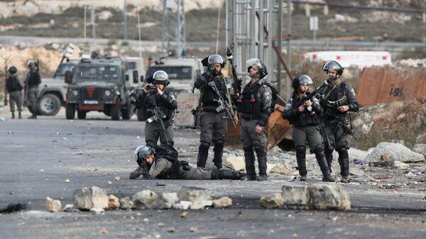 Сотрудники пограничной службы Израиля во время столкновений на границе Палестины и Израиля в районе Рамаллы