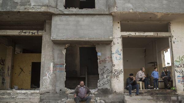 Люди на одной из улиц в секторе Газа. Архивное фото