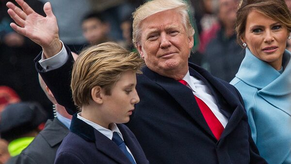 Президент США Дональд Трамп, его супруга Меланья и сын Бэррон во время парада в честь инаугурации в Вашингтоне