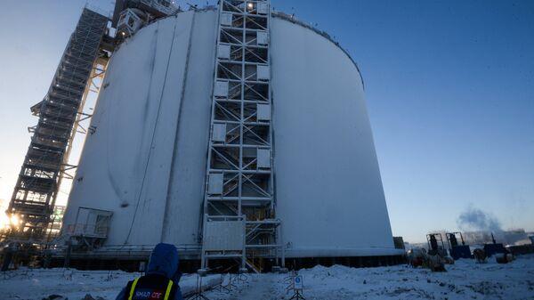 Резервуар на строящемся заводе по производству сжиженного газа Ямал СПГ