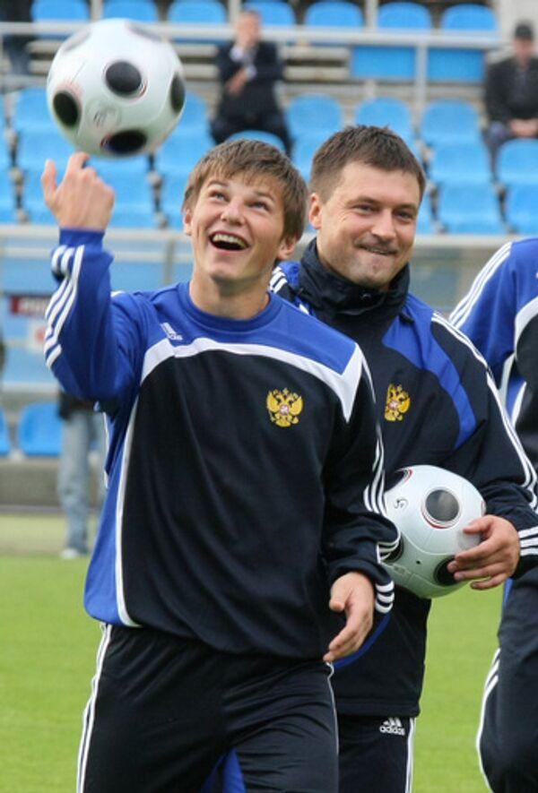 Андрей Аршавин (на переднем плане) и Игорь Корнеев на открытой тренировке сборной России по футболу перед матчем с Уэльсом