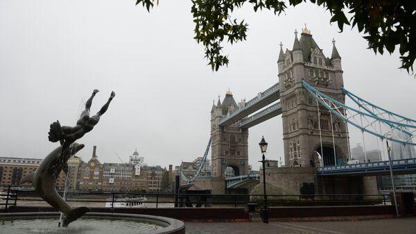 Тауэрский мост и расположенный на северном берегу Темзы фонтан Девочка с дельфином в Лондоне