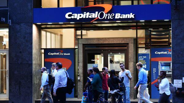 Отделение банка Capital One Bank на улице Бродвей в Нью-Йорке. Архивное фото