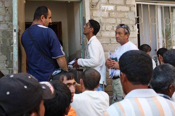 Очередь мигрантов, ожидающих получения разрешения на работу. Архив