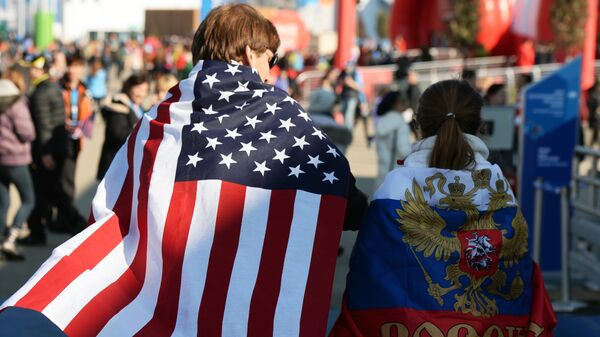Молодые люди в национальных флагах США и России