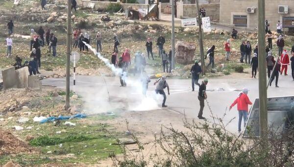 Протестующие палестинцы жгли шины и кидали камни в израильских солдат