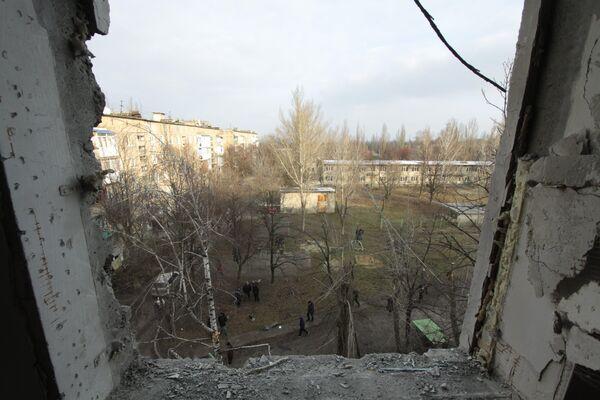 Разрушенное окно в жилом доме в центре города Ясиноватая, пострадавшего в результате обстрела. 21 декабря 2017