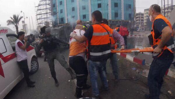 Израильские силовики пинками отгоняли медиков от раненого палестинца в Рамалле