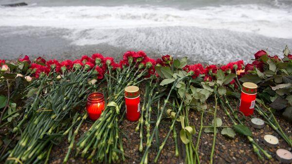 Цветы на набережной в Адлере в память о погибших при крушении самолета Ту-154 Минобороны России над Черным морем в районе Сочи 25 декабря 2016 года. Архивное фото
