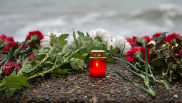 Цветы на набережной в Адлере в память о погибших при крушении самолета Ту-154 Минобороны России. Архивное фото
