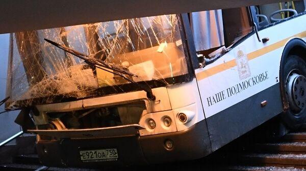 Автобус въехал в подземный переход у станции метро Славянский бульвар в Москве. Архивное фото