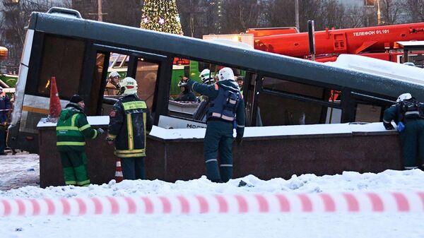 Автобус въехал в подземный переход у станции метро Славянский бульвар в Москве. 25 декабря 2017