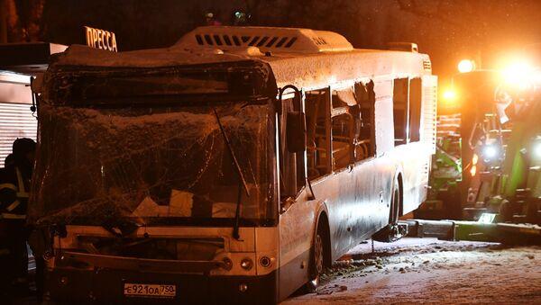 Эвакуация автобуса, въехавшего в подземный переход у станции метро Славянский бульвар в Москве. 25 декабря 2017