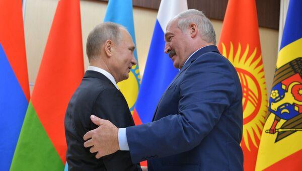Президент РФ Владимир Путин и президент Республики Беларусь Александр Лукашенко перед началом неформальной встречи глав государств СНГ. 26 декабря 2017