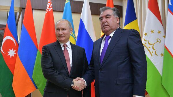 Президент РФ Владимир Путин и президент Республики Таджикистан Эмомали Рахмон перед началом неформальной встречи глав государств СНГ. 26 декабря 2017