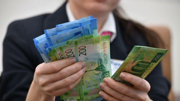 Девушка со стопкой денег