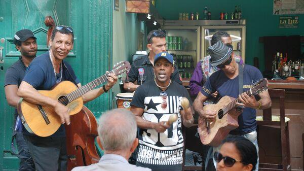 Музыканты в уличном кафе Гаваны