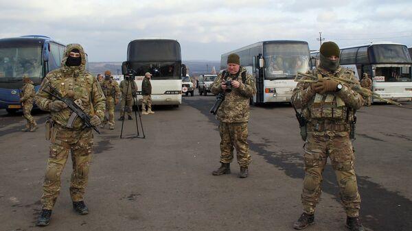 Украинские военнослужащие во время обмена пленными между ЛНР и ДНР и Киевом между поселками Майорск и Горловка. 27 декабря 2017