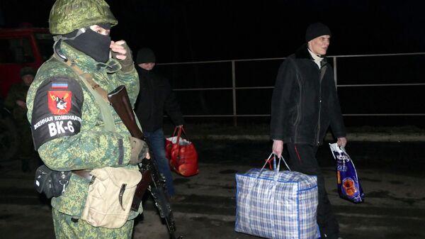 Сотрудник военной комендатуры ДНР во время обмена пленными между ЛНР и ДНР и Киевом между поселками Майорск и Горловка. 27 декабря 2017