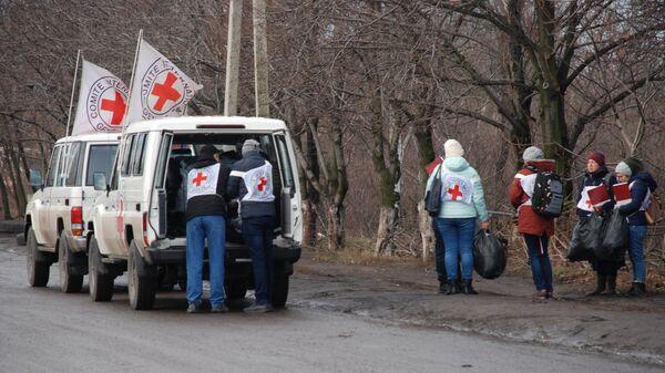 Представители Красного Креста во время обмена пленными между ЛНР и ДНР и Киевом между поселками Майорск и Горловка. 27 декабря 2017. Архивное фото
