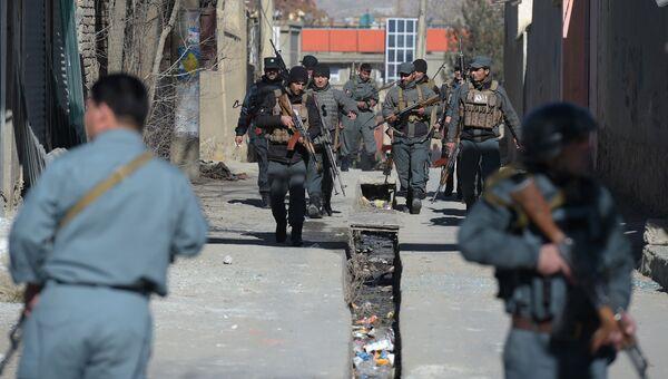 Полицейские рядом с местом нападения террористов-смертников в Кабуле, Афганистан. 28 декабря 2017