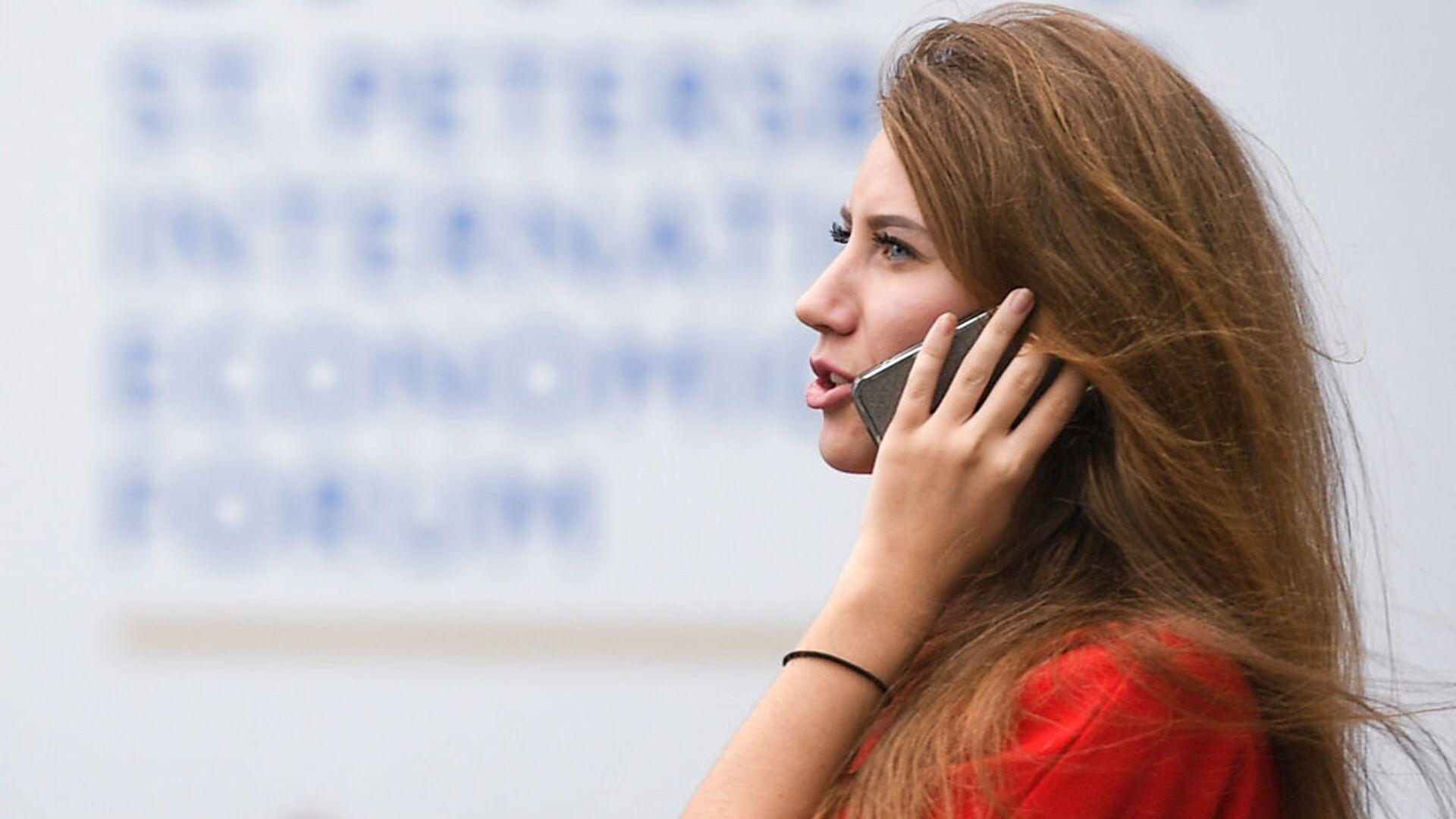 Девушка разговаривает по мобильному телефону - РИА Новости, 1920, 04.02.2021