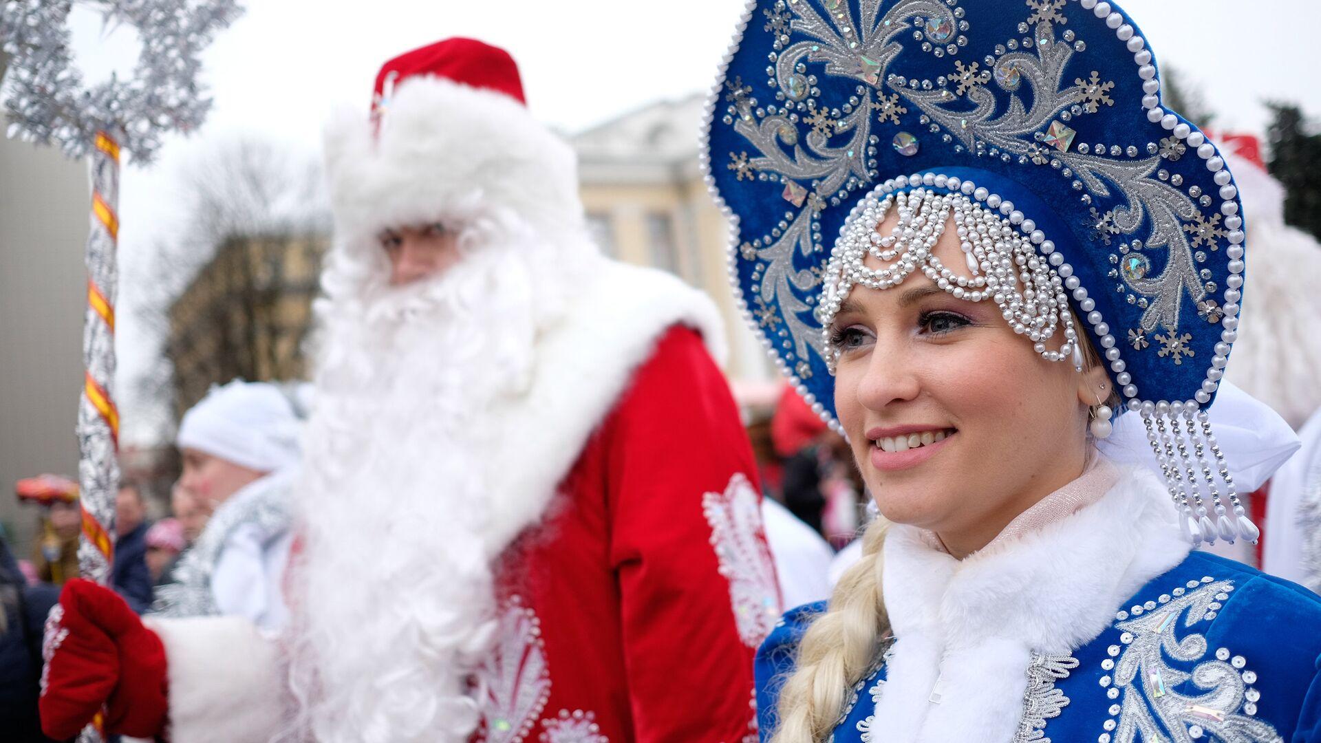 Участники во время праздничного шествия Дедов Морозов на одной из улиц в Краснодаре - РИА Новости, 1920, 26.11.2020