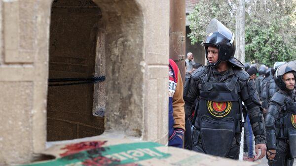Сотрудники полиции в пригороде Каира