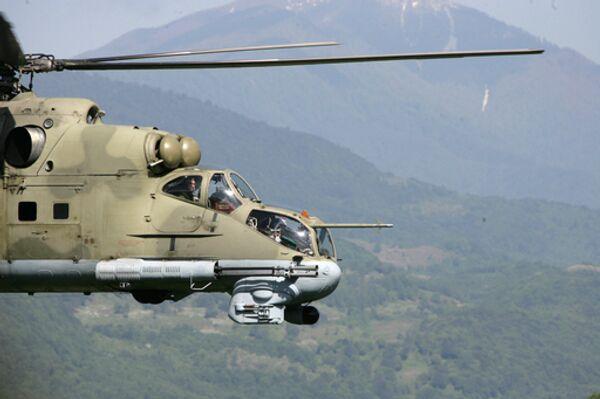 Вертолет Ми-24 из состава Коллективных сил по поддержанию мира (КСПМ) ведет патрулирование над рекой Кодори